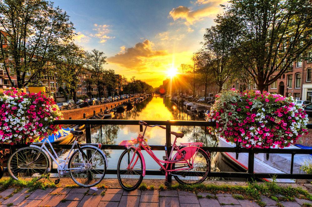bicicletas en el puente de Amsterdam
