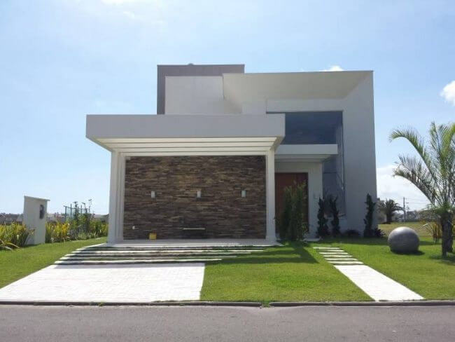 casa con revestimiento de piedra