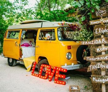 caravana amarilla como photocall para bodas