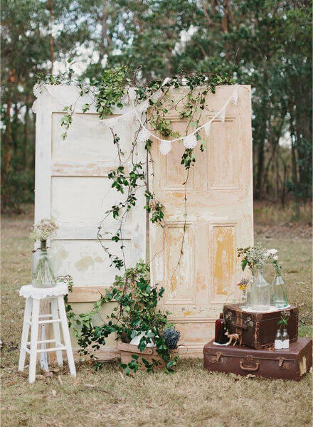 una puerta haciendo de photocall para una boda