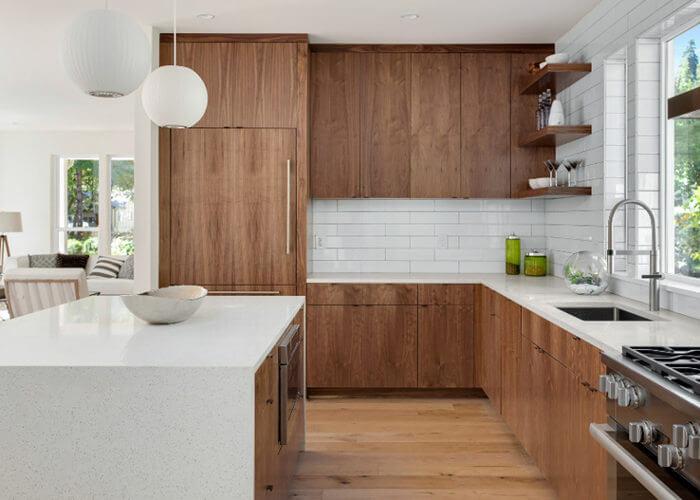 cocina blanca y de madera