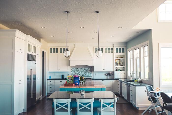 cocina blanca y madera con colores